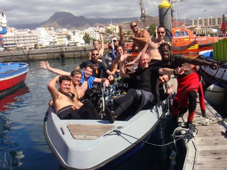 Salida de buceo en grupo desde barco