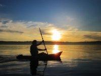 黎明时划皮划艇