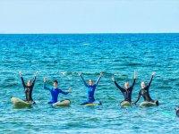Alumnos de surf sobre las tablas