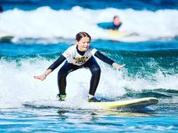 Nina aprendiendo a surfear