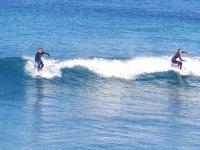 Surfistas en varios puntos de la ola