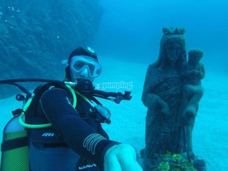 con una estatua