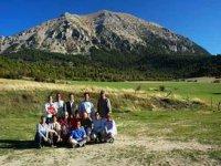 Foto de grupo con la montaña de fondo