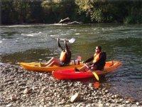 Llegando a tierra con los kayaks