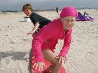 冲浪者在沙滩上训练