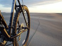 Bicicletta lungo la spiaggia