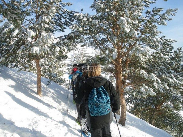 disfrutando de la ruta con raquetas de nieve en picos de europa