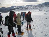 preparados para excusion en raquetas de nieve en picos de europa