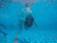 Con el equipo de buceo bajo el agua