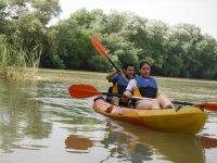 Navegando en kayak amarillo