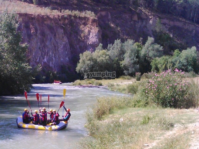 木筏顺河而下