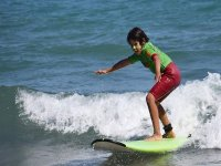 Niño practicando con las olas