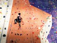 Practicando escalada en el rocódromo indoor