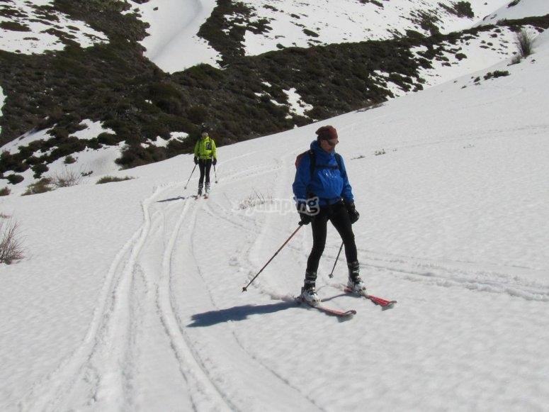 preparados para la clase de ski de fondo en sierra nevada