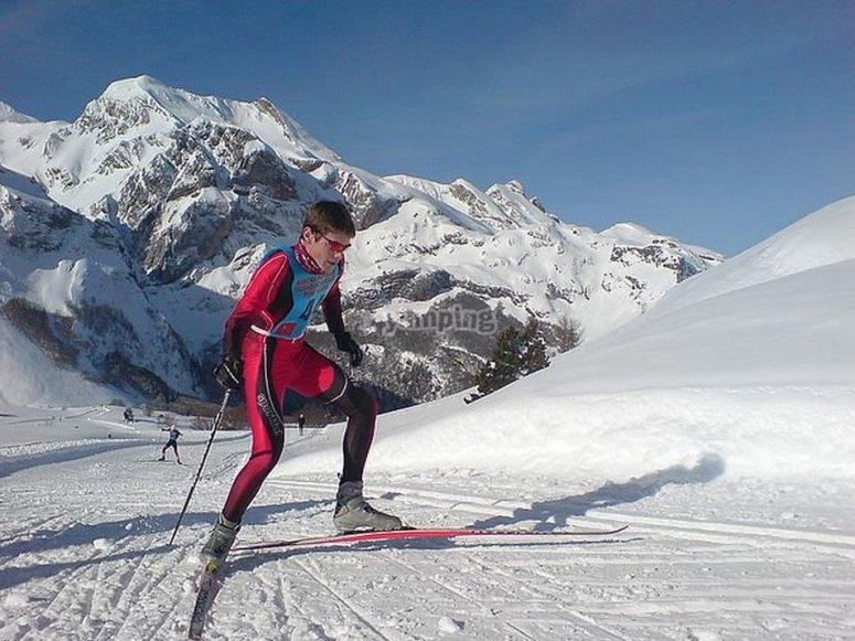 享受内华达山脉的越野滑雪