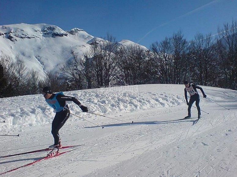 在内华达山脉练习越野滑雪