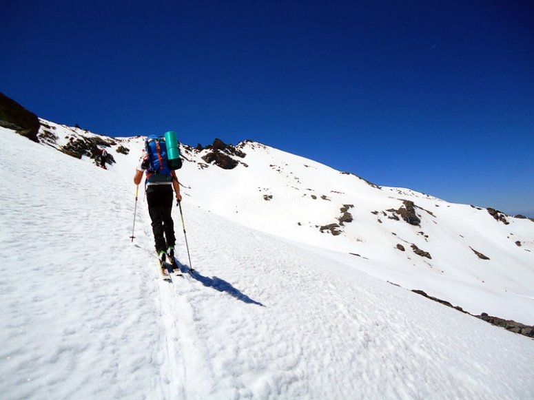 Desplazarse por la nieve en raquetas de nieve en Granada