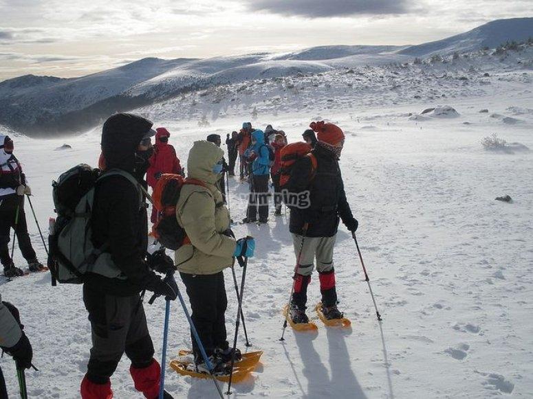 raquetas de nieve con los amigos