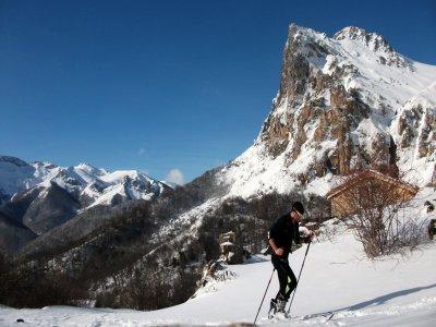 Attraversando la pista da sci in Cantabria