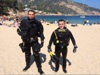 Buceadores en la orilla de la playa