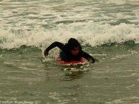 Aprendiendo a remar y deslizarse con las olas