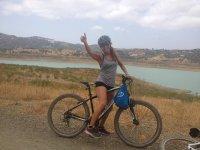 穿越Viñuela水库的自行车路线