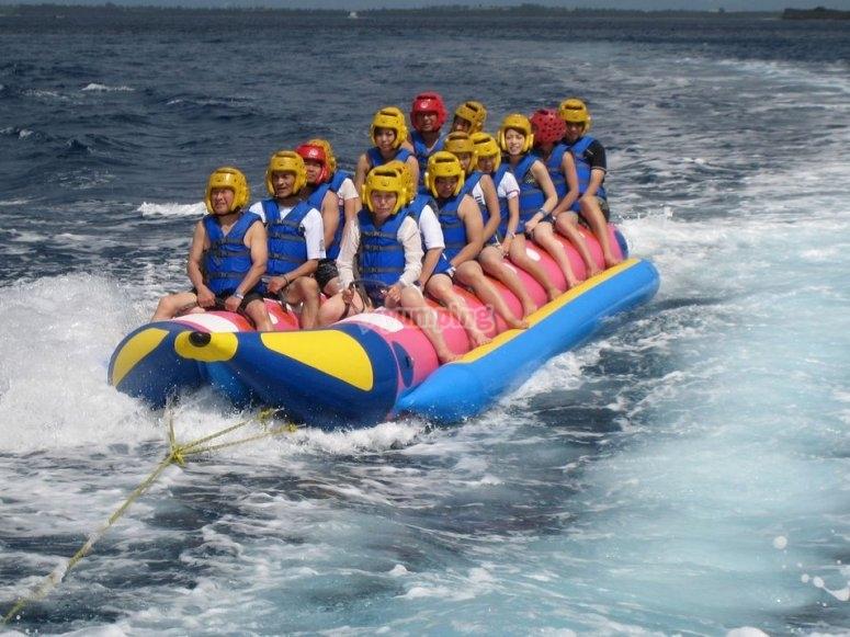 paseo en banana boat campamento colegios