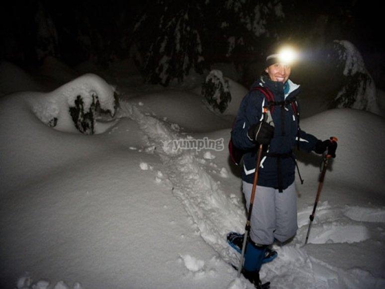 ruta nocturna con raquetas de nieve