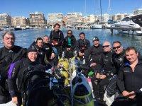 Equipo de buceadores listos para la primera inmersión
