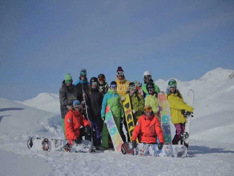 Grupo de amantes del snowboard