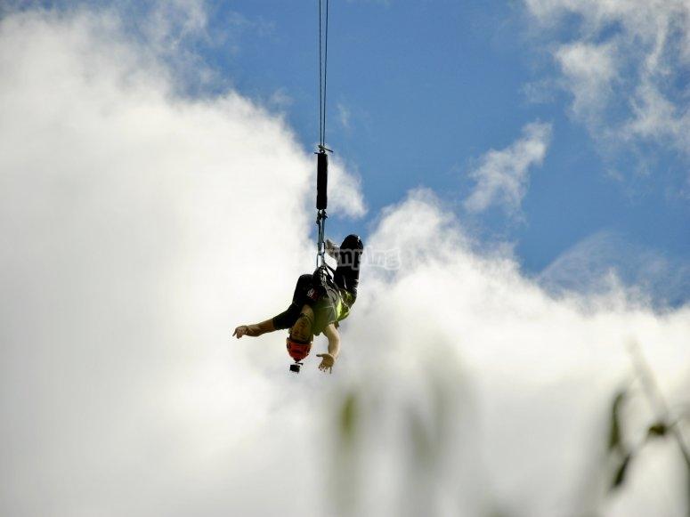 Colgando tras el salto
