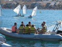 En lancha hacia los kayak y paddle supo