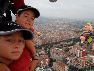 在巴塞罗那的气球飞行与孩子们的照片