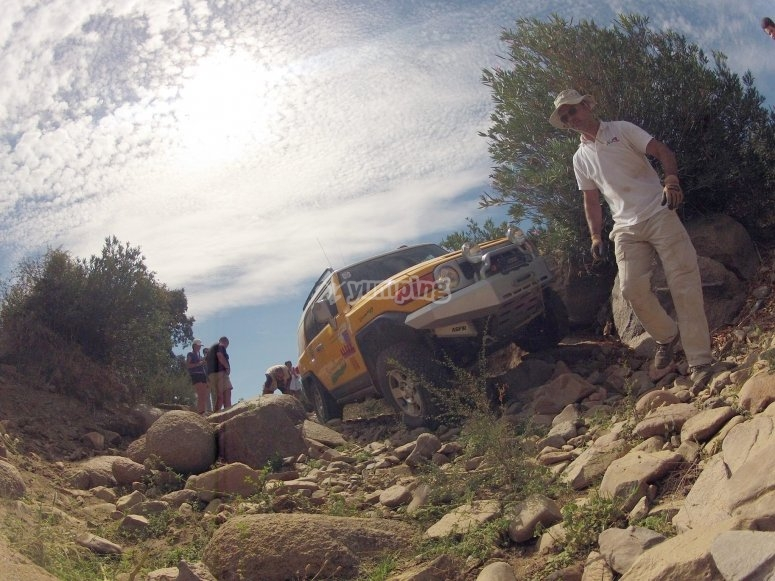 coche con rocas