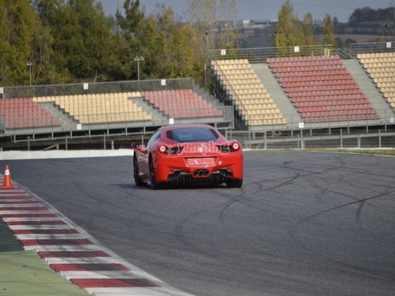 Foto del deportivo en el circuito