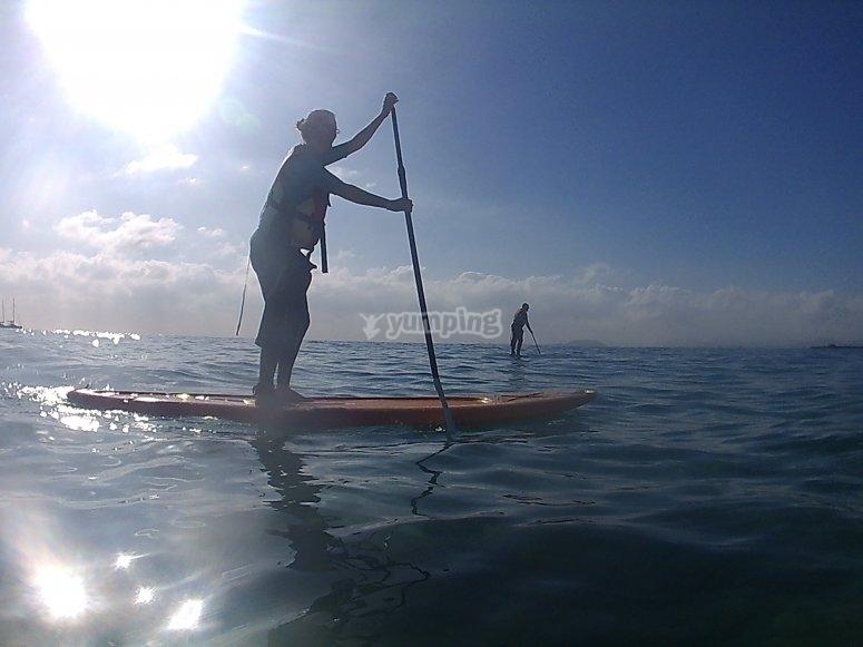 Navegando en tabla de SUP hacia playa Dorada