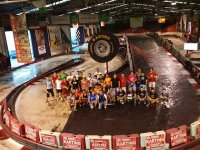 Grupo de pilotos en la pista de karting indoor