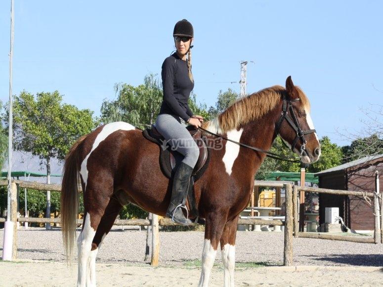 A caballo en la pista exterior