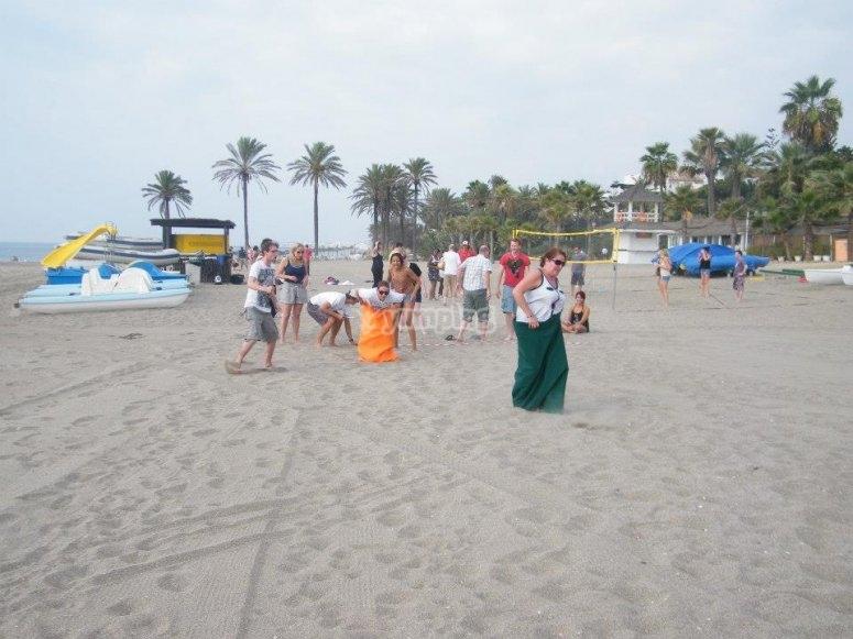 Carrera de sacos en playa de Marbella
