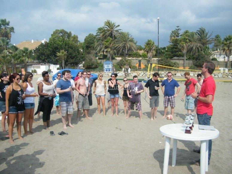 Monitor explicando los juegos en Marbella
