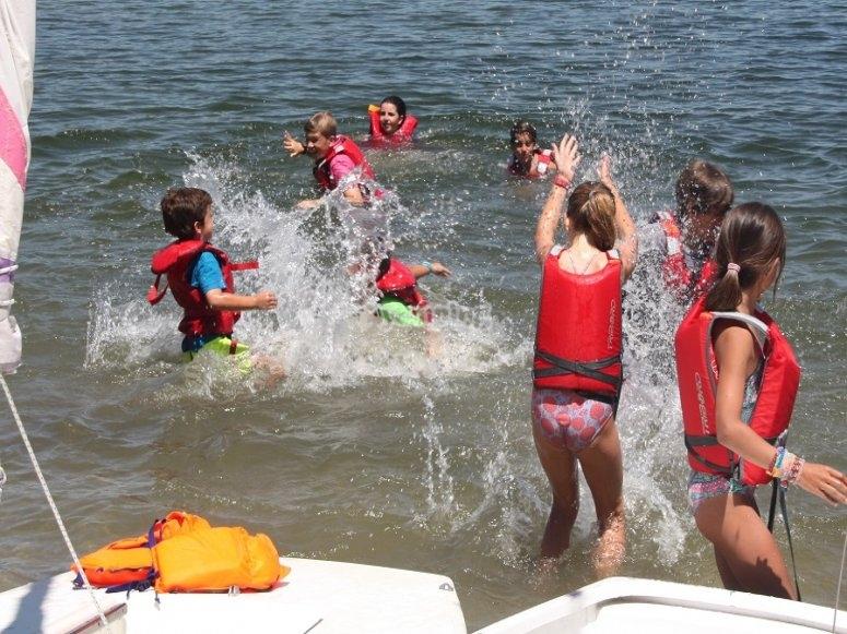 参加者在水上嬉戏