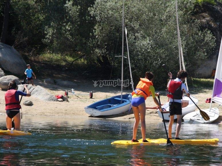 在木板上划船到岸上