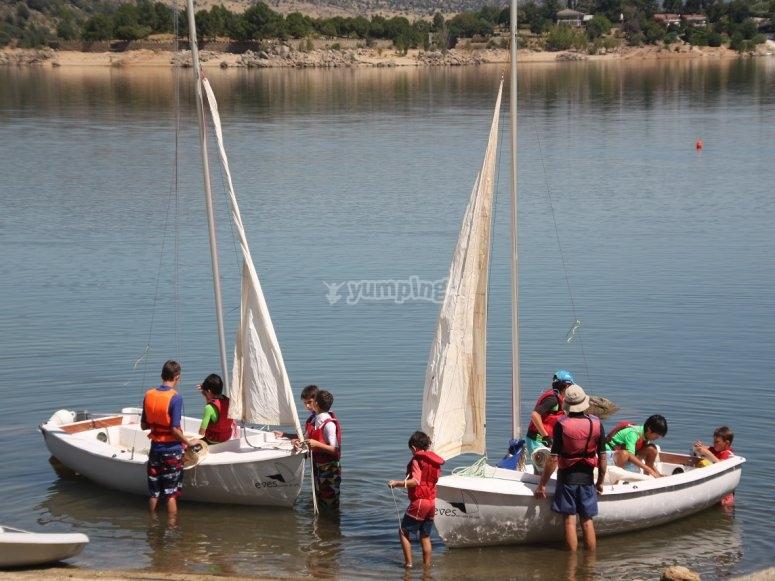 攀爬孩子们上船