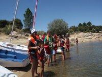 为参加者进行水上运动做准备