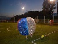 一种不同的方式来踢足球泡沫的标志