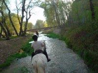 Pasando por el rio a caballo