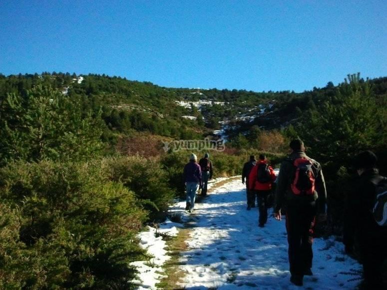 在雪地上徒步旅行