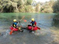 Subete al neumatico en el rio