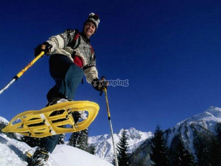 bajando con raquetas de nieve