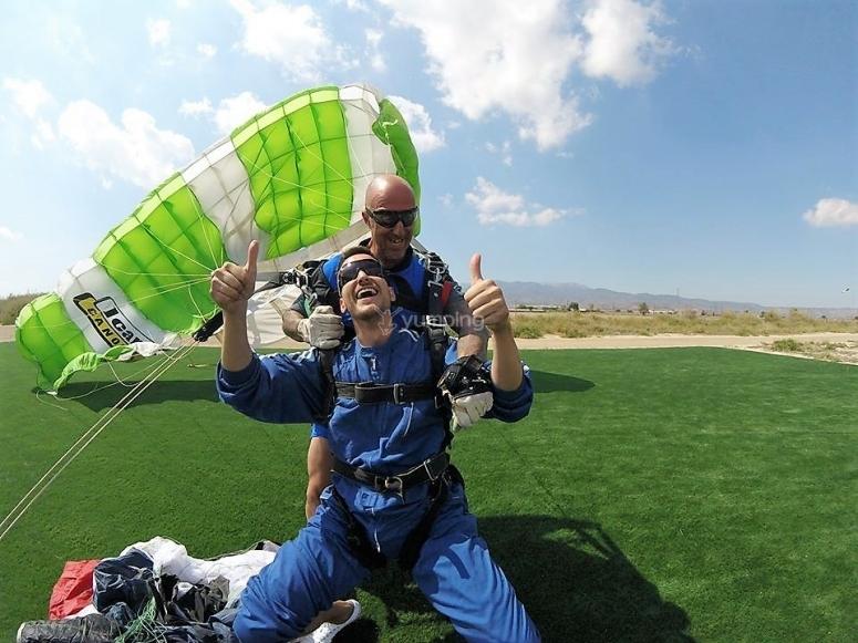 Atterraggio dopo il salto in paracadute a Totana